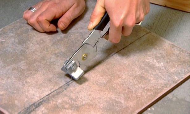 Обрезка плитки плиткорезом