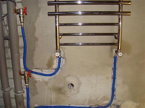 Пример нижнего подключения полотенцесушителя