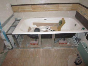 Установка ванны на плитку, но закрытое пространство под ванной не отделано