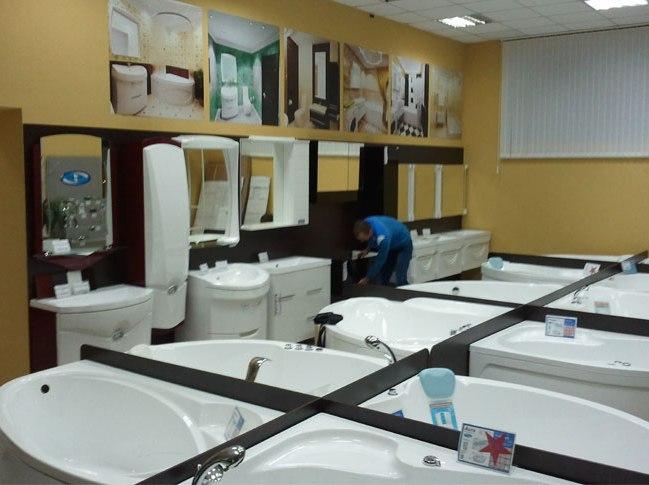 Принюхайтесь и присмотритесь. Некачественную акриловую ванную выдаёт резкий и неприятный запах химии и «просвечивание» стенки ванной