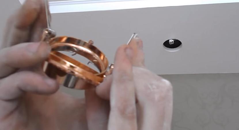 Крепежное кольцо вставляется в отверстие и удерживается двумя пружинками