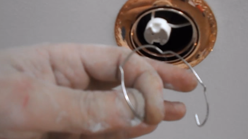 Далее необходимо вынуть стопорное кольцо. Оно предназначено для фиксации лампочки