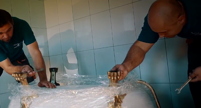 Процесс монтажа ведется на перевернутой ванне