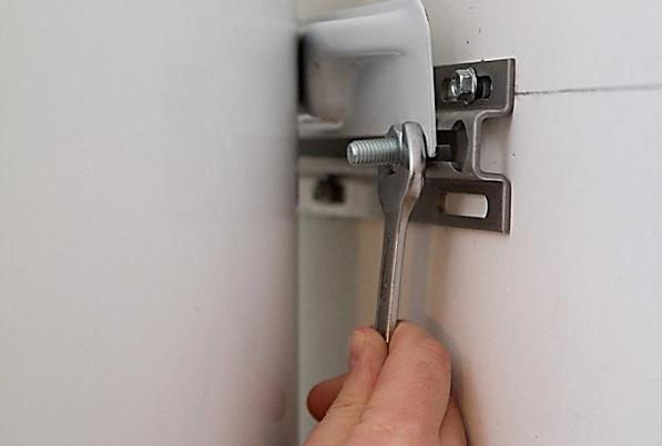Бойлер оснащен специальными кронштейнами с петлями, с помощью которых он и подвешивается на стену
