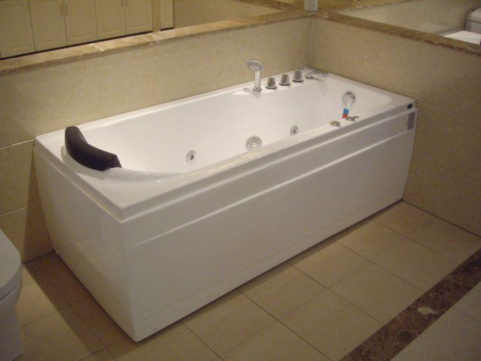 Чугунную ванну легче содержать в чистоте, чем акриловую