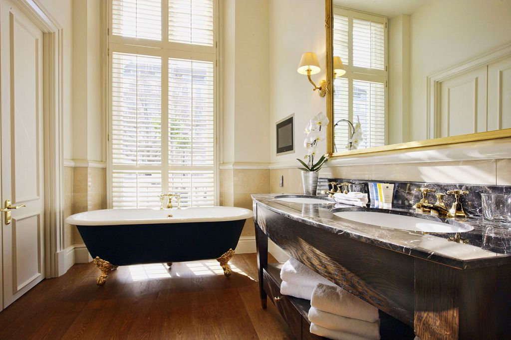 Ламинат - не самое лучшее решение для установки на него трудной ванны