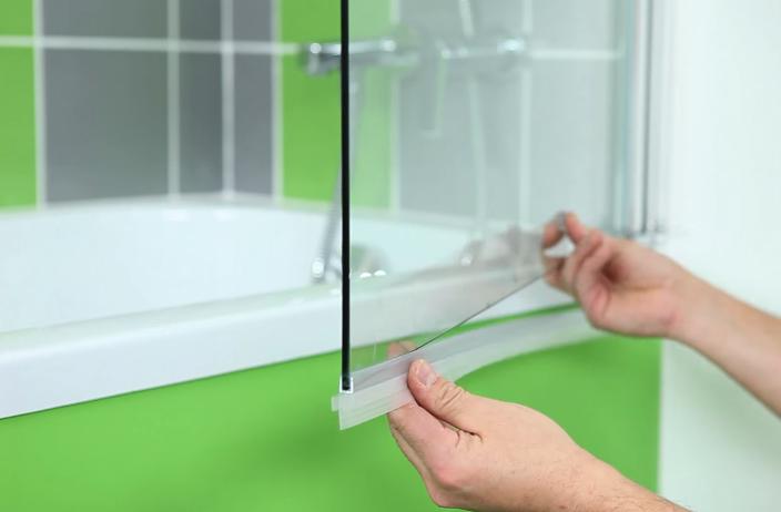 Между стеклом и ванной должен быть зазор, чтобы можно было надеть уплотнитель
