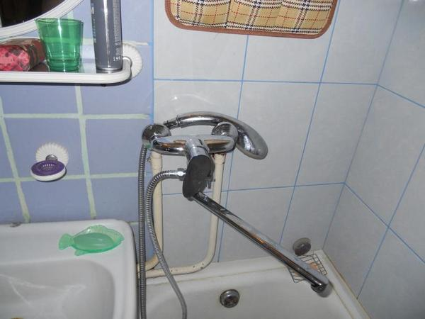 Настенный смеситель с длинным гусаком, который можно использовать и для ванны и для раковины