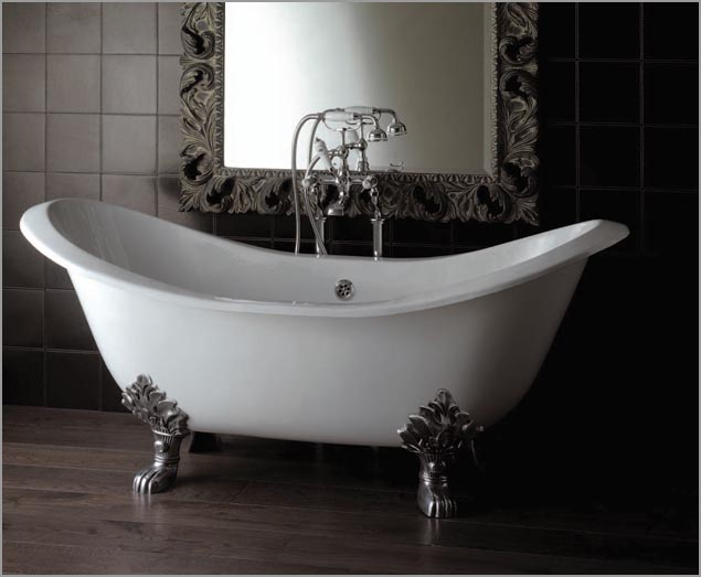В отдельности стоящая чугунная ванна около стенки