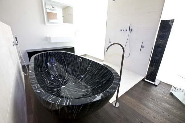 Отдельно стоящая ванна из камня, напольный смеситель