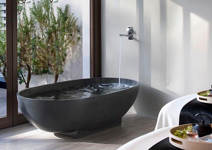 Отдельностоящая ванночка и стенной миксер