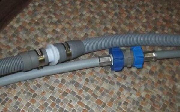 При необходимости удлинения шланга с подачей воды используем второй шланг и муфту- переходник