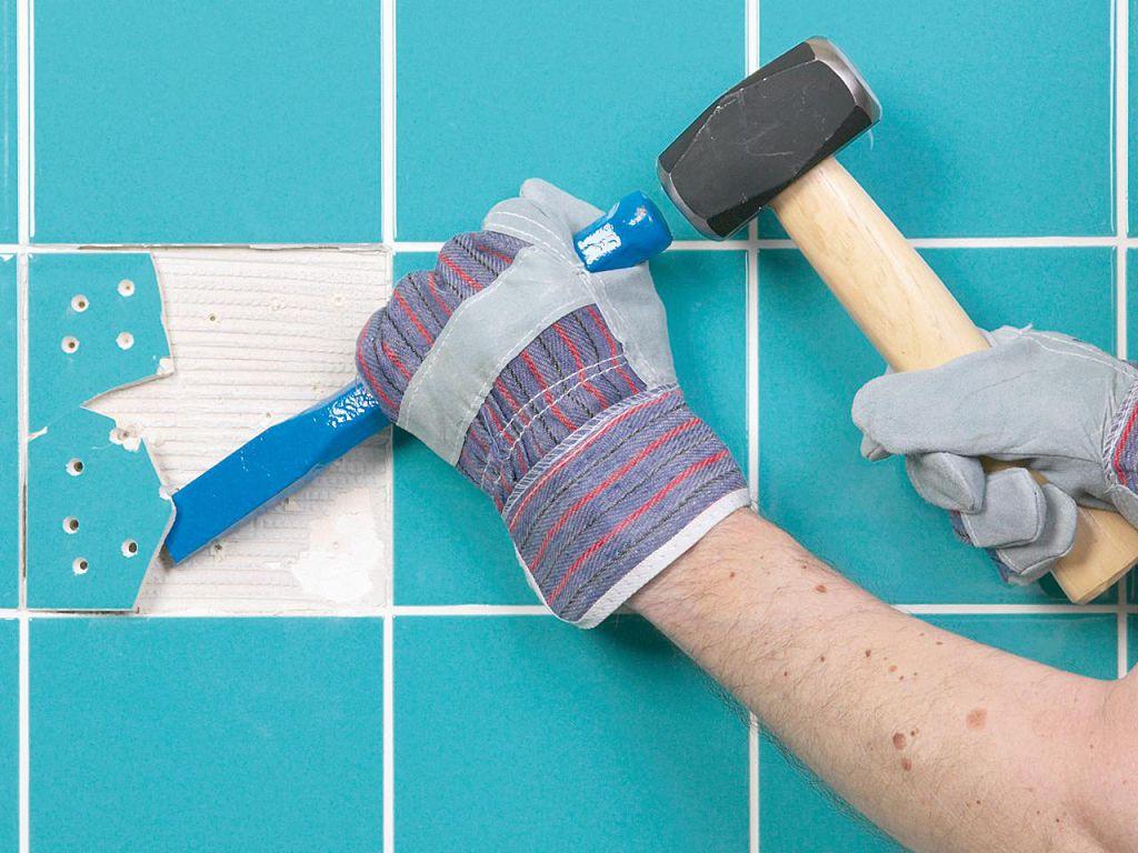 Процесс демонтажа плитки