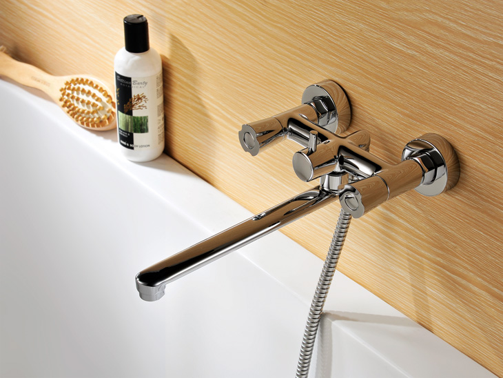 Смеситель для ванны с длинным изливом