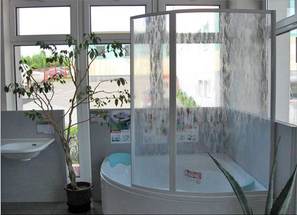 Стеклянная ширма для угловой ванны