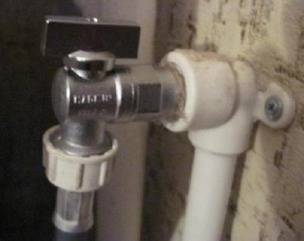 Стиральная машинка может быть подключена и к отедьному отводу от стояка, если он был предусмотрен для нее заранее