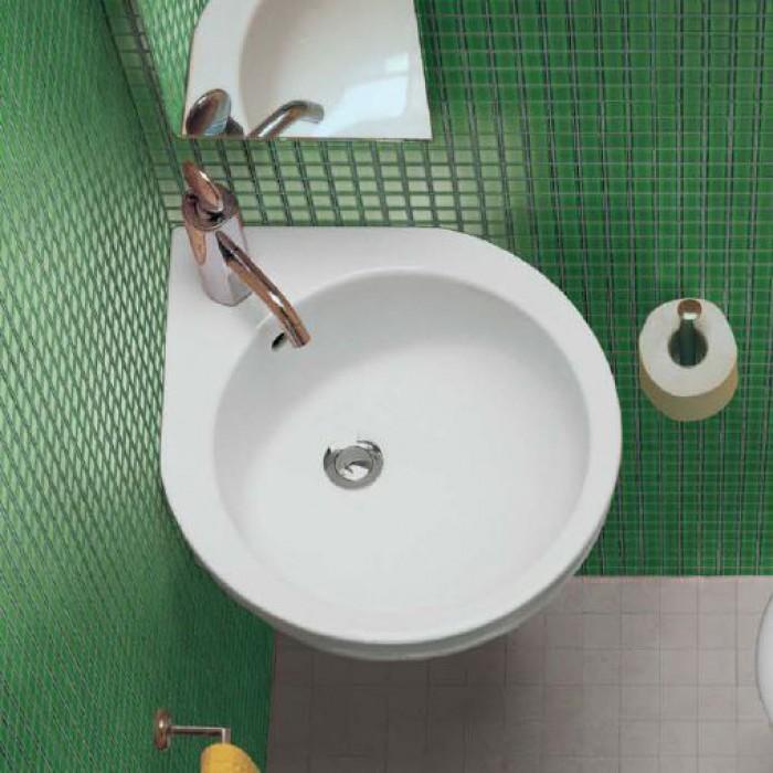 Угловая раковина в ванной комнате подвесная