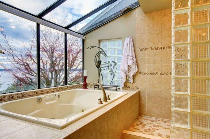 Ванна с гидромассажем в интерьере ванной комнаты частного дома