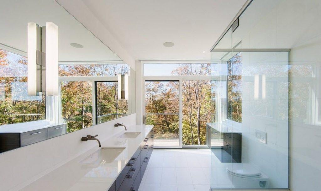 Ванная комната в стиле минимализм. Освещение зеркала двумя светильниками
