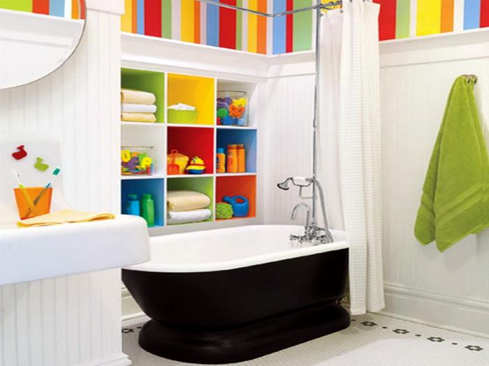 Яркий интерьер ванной комнаты, удобная система хранения и удачное расположение сантехники
