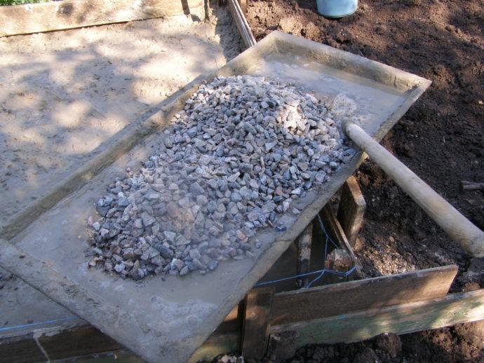 Добавляем в цементный раствор щебень
