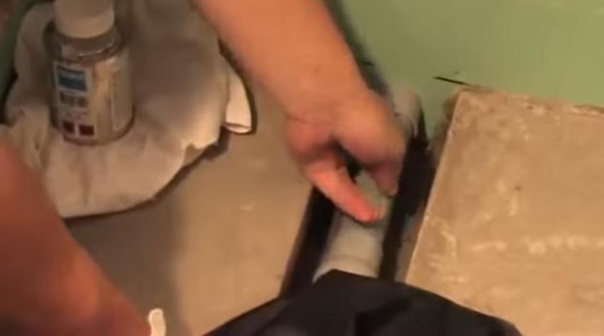 Патрубком соединяется трап и канализационный выпуск из стены