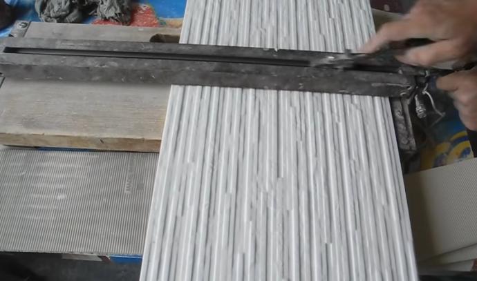 При необходимости режем плитку