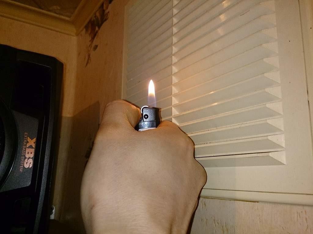 Проверка вентиляции зажигалкой. Пламя не отклонилось, что говорит об отсутствии тяги