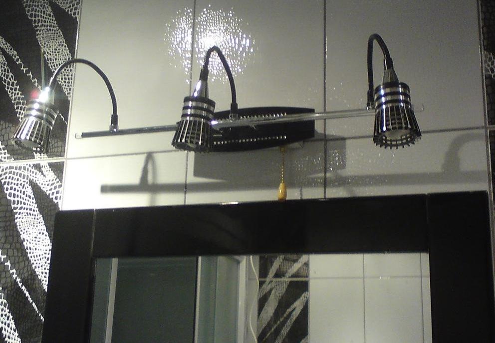 Светильник над зеркалом в ванной комнате