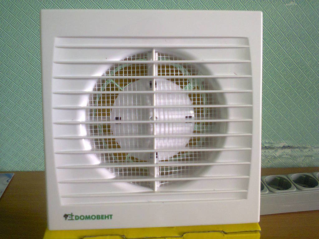 Вытяжной вентилятор с сеткой