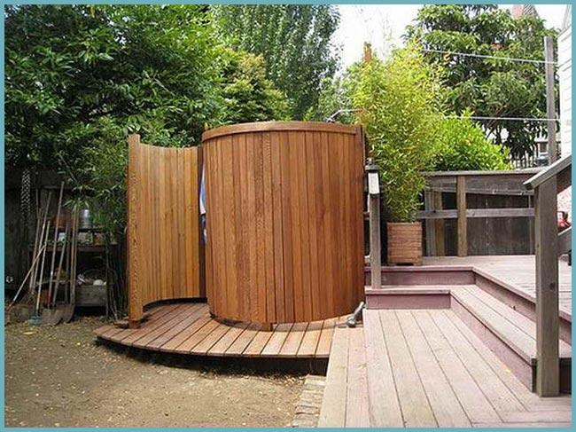 Душ необычной конструкции как замена ванной комнате на даче