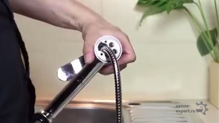 Нужно расположить уплотнитель на нижней части корпуса смесителя