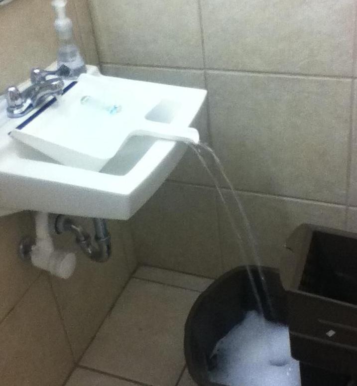 Чтобы налить воду в большую емкость, приходится прибегать к различным ухищрениям