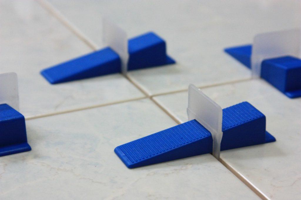 Пластиковые клинья для плитки