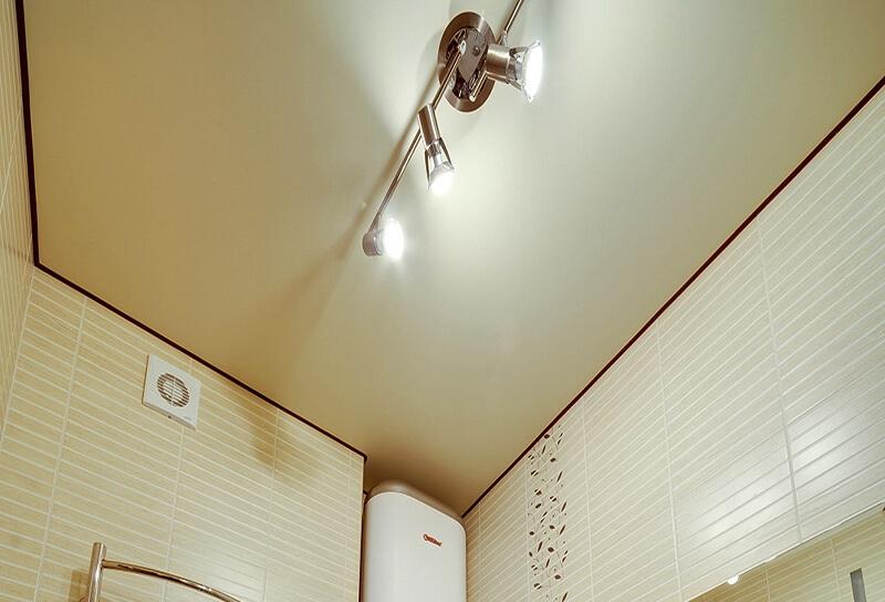Пример натяжного потолка в ванной комнате