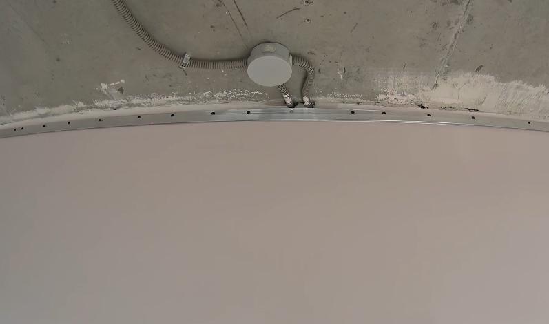 В местах, где в стене проложена проводка, саморезы в багет не вкручивают