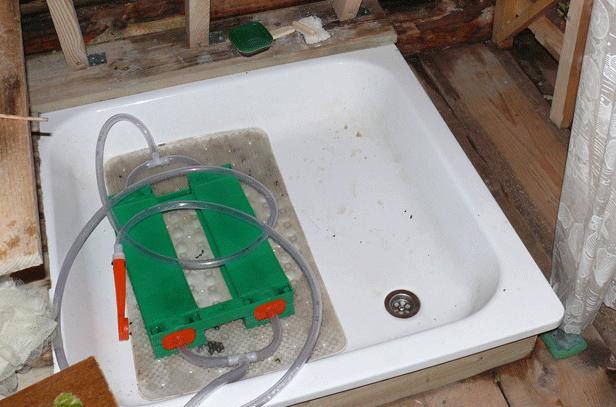Заводской душ-топтун для дачи