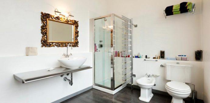 Зеркало в багете для ванной комнаты