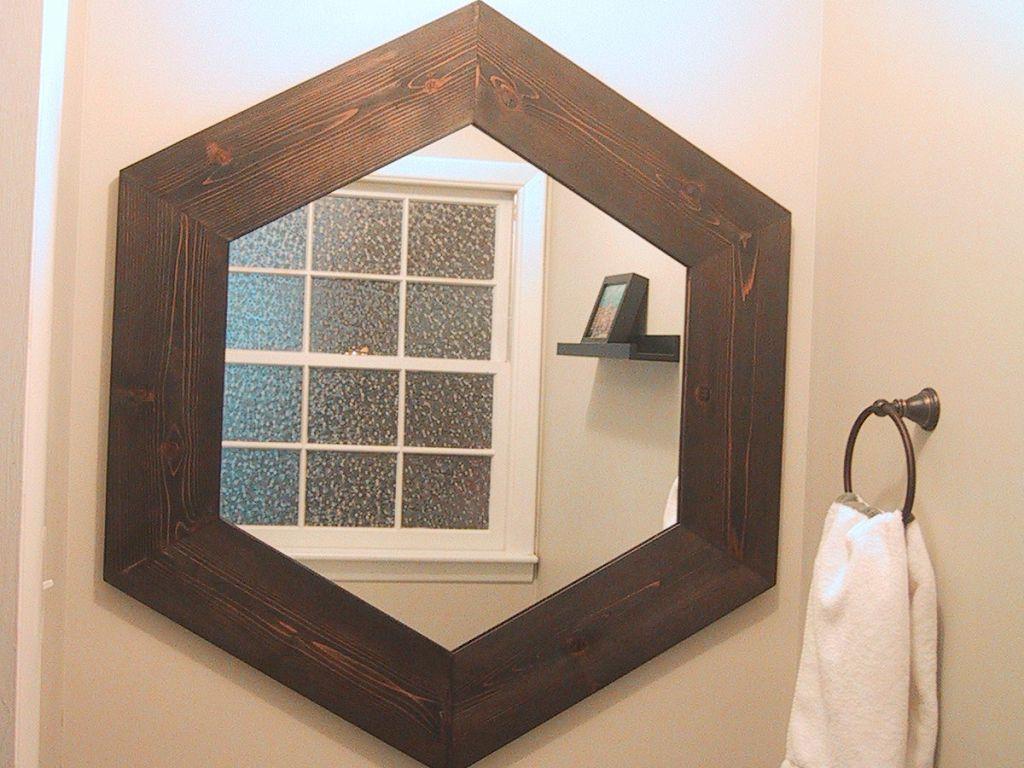 Зеркало в багете шестиугольной формы