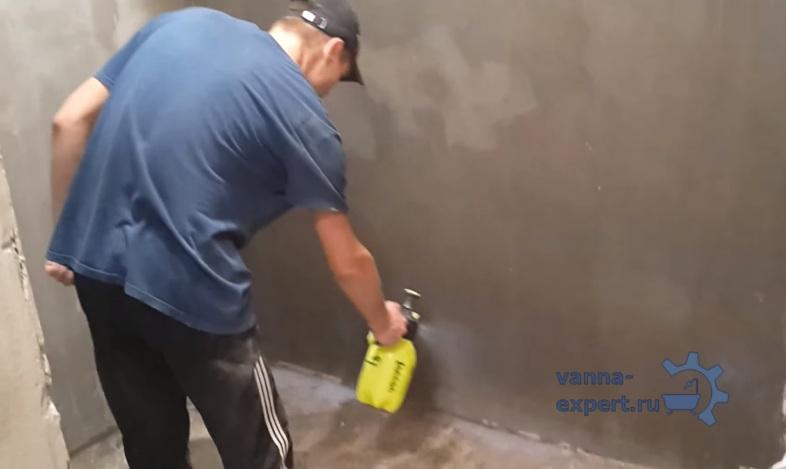 Выровненные стены увлажняют в период высыхания смеси