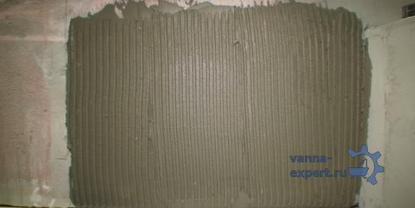 Нанесенный под плитку слой клея