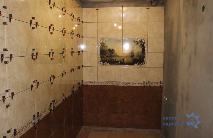Две стены отделаны плиткой