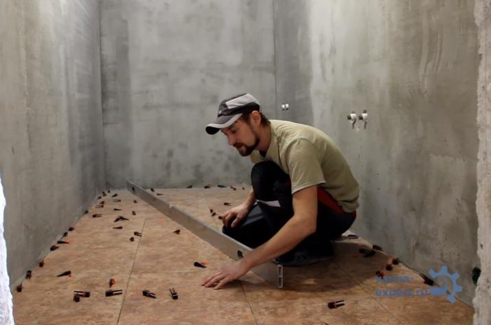 Проверка ровности укладки плитки напольной