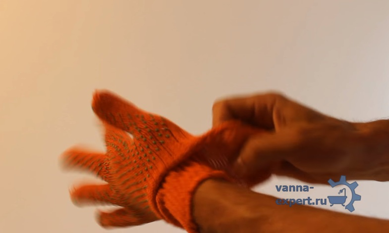 На левую руку надеваем две перчатки