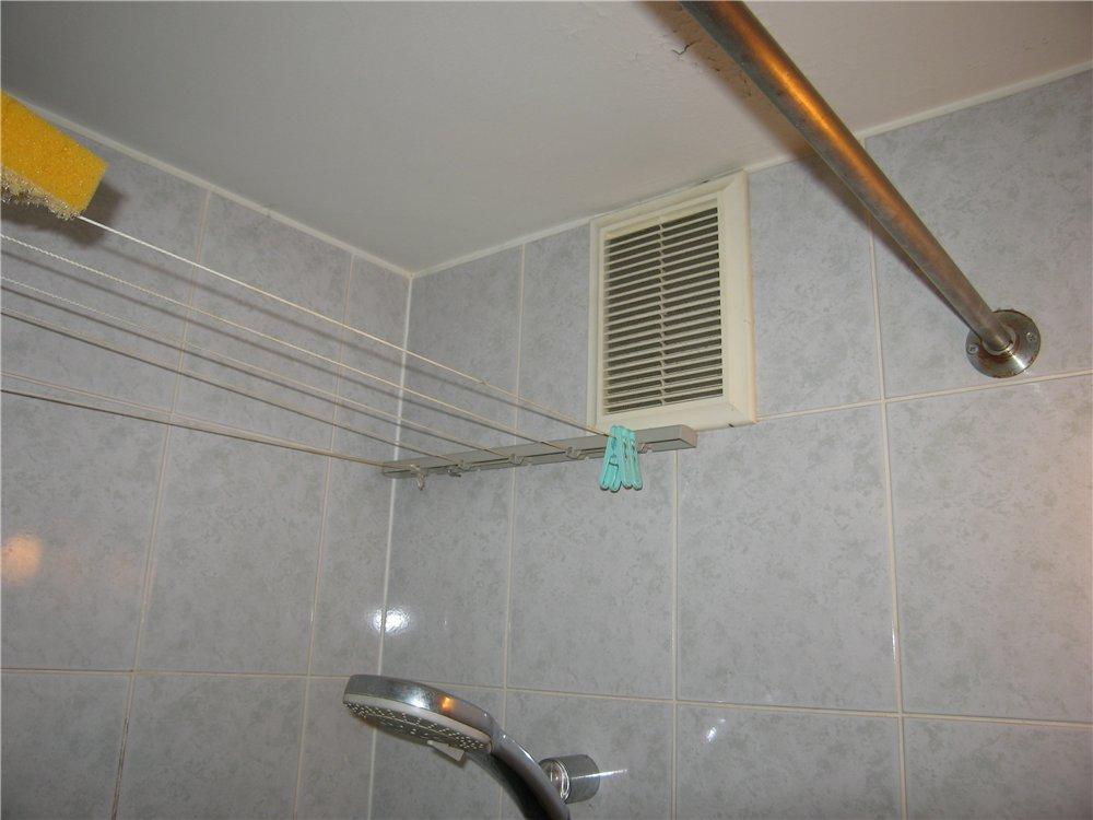 Решетка вытяжной вентиляции в ванной комнате