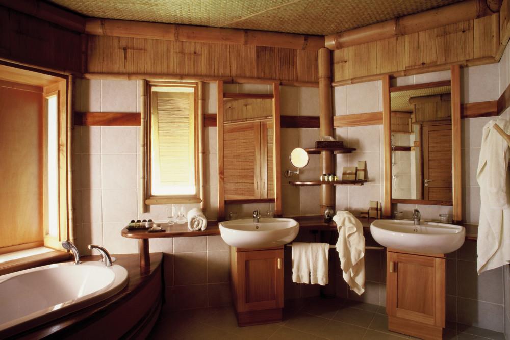 Уютная ванная комната в деревянном доме