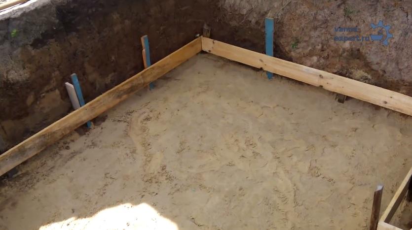 Если ваша ванна будет стоять на улице, подготовьте основание. Выровняйте грунт, засыпьте и утрамбуйте песок