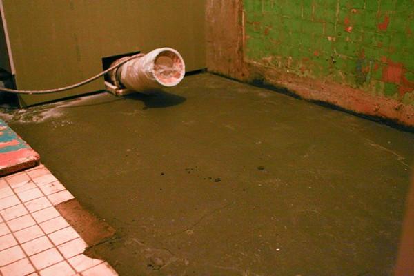Лучше всего поддон устанавливать на бетонный пол, стяжку