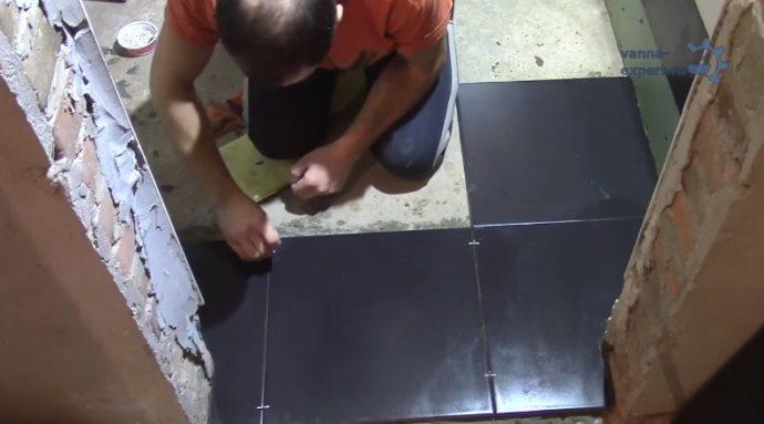 Мастер использует крестики для формирования ровных швов