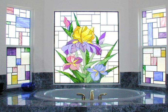 Окно в ванной с витражом